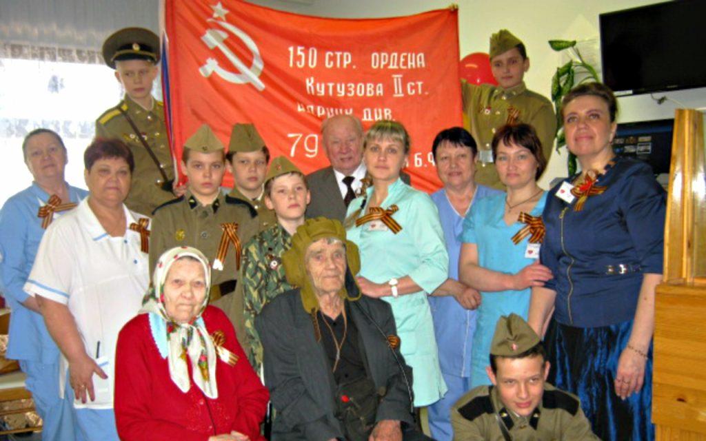 Aktivisty-shkolnogo-muzeya-v-gerontologicheskom-centre-pos.-Markovskij